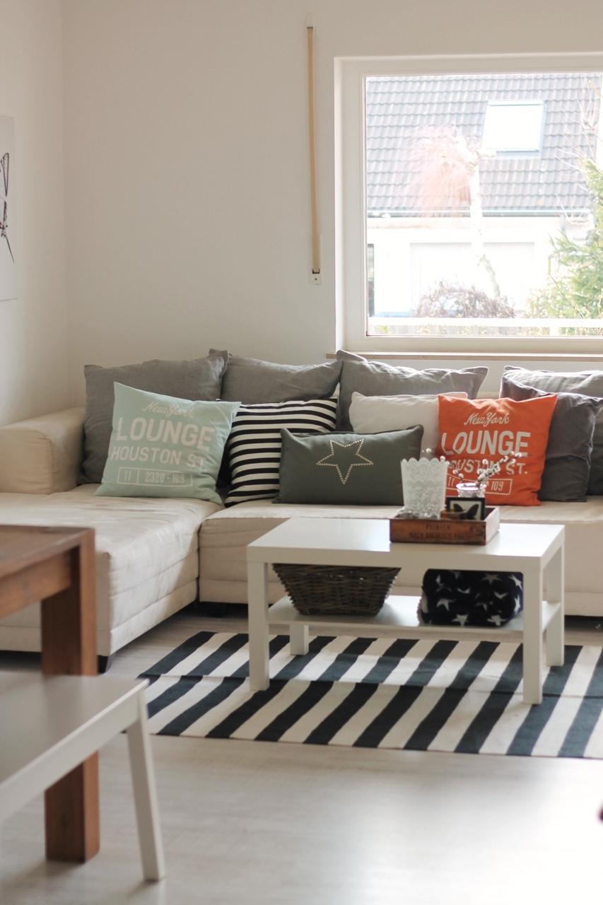 verlockendes schwarz wei kissenschlacht im wohnzimmer. Black Bedroom Furniture Sets. Home Design Ideas
