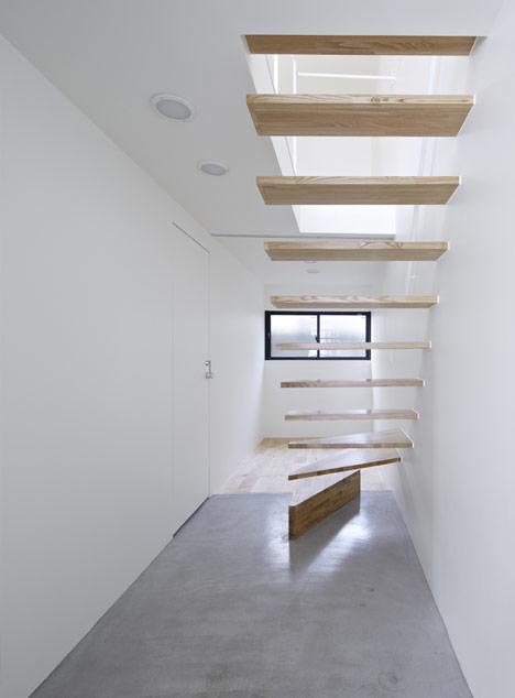 Ilia estudio interiorismo interiorismo en blanco y madera for Gradas en espacios reducidos