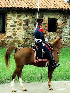 Guarda, a cavalo, em frente ao Centro de Informações de Yapeyú.