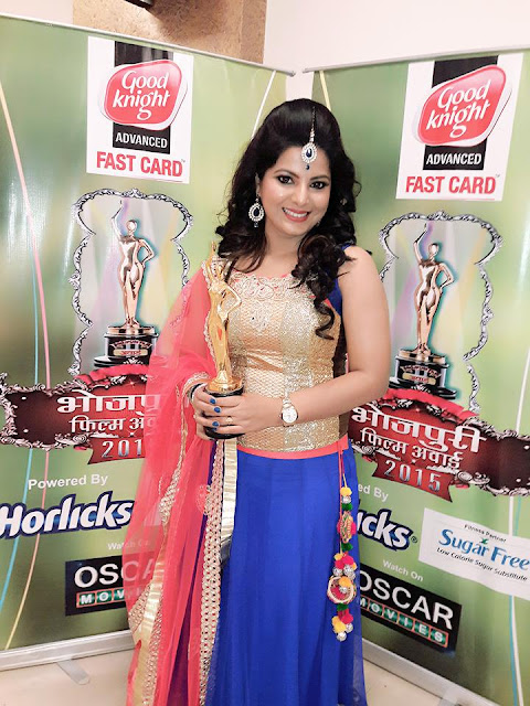 Smriti Sinha with Trophy at Bhojpuri Film Awards 2015