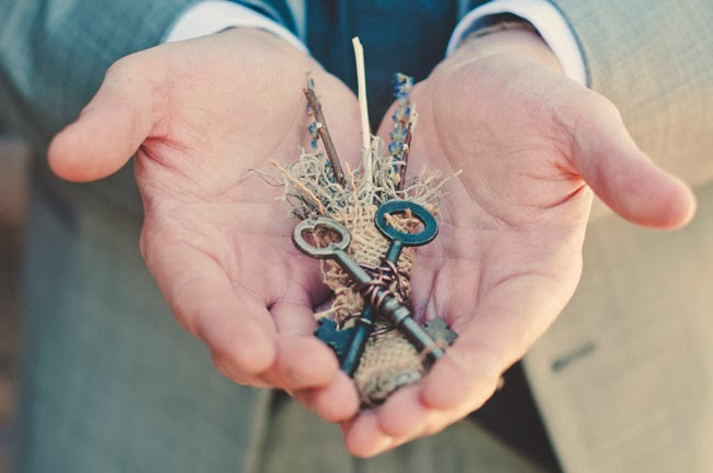 http://greenweddingshoes.com/autumn-skeleton-key-wedding-victoria-josh/
