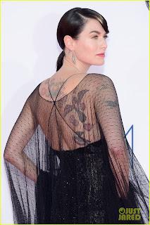 Lena Headey emmys 2012 alfombra roja espalda - Juego de Tronos en los siete reinos