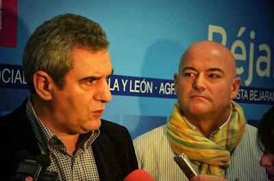 Julio Villarubiay el secretario general de los socialistas de Béjar, Javier Garrido