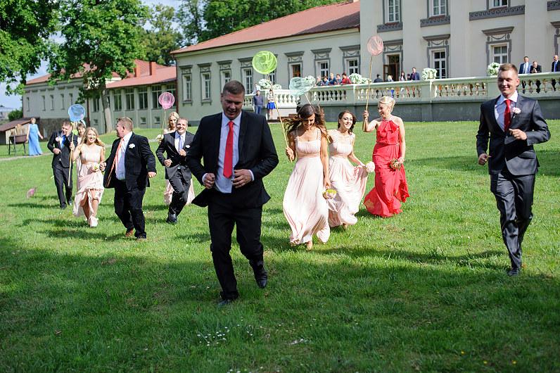 linksmos vestuvių fotosesijos idėjos