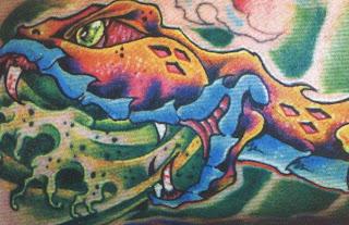 Tatuagem de cobras cuspindo veneno