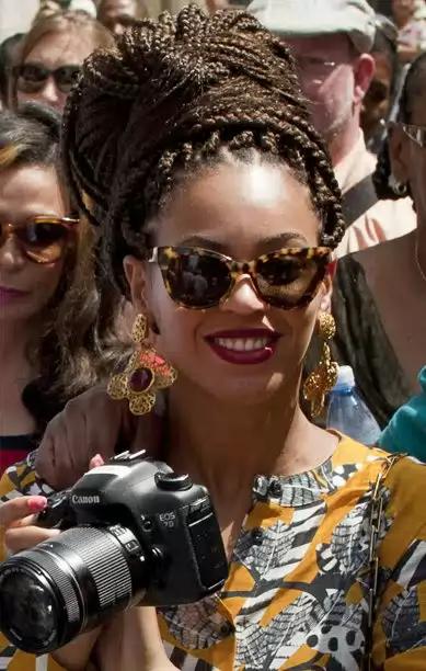 Beyoncé, turista en la Habana Vieja, cámara en mano, saca fotos de la Habana