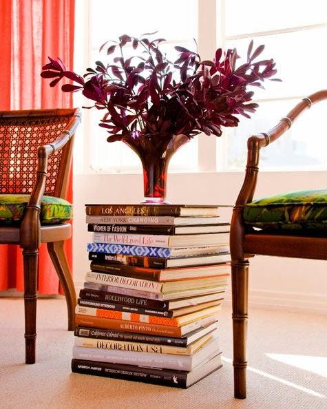 Pila de libros usados en la tabla