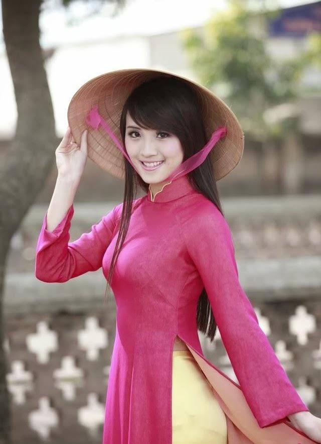 Gái việt xinh đẹp với áo dài truyền thống