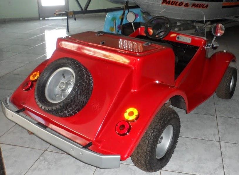 A carroceria deste Mini Buggy é de fibra de vidro.