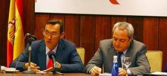 El registrador Javier Angulo (a la izquierda)