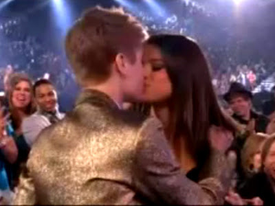justin bieber and selena gomez billboard awards kiss. Justin Bieber kissing Selena