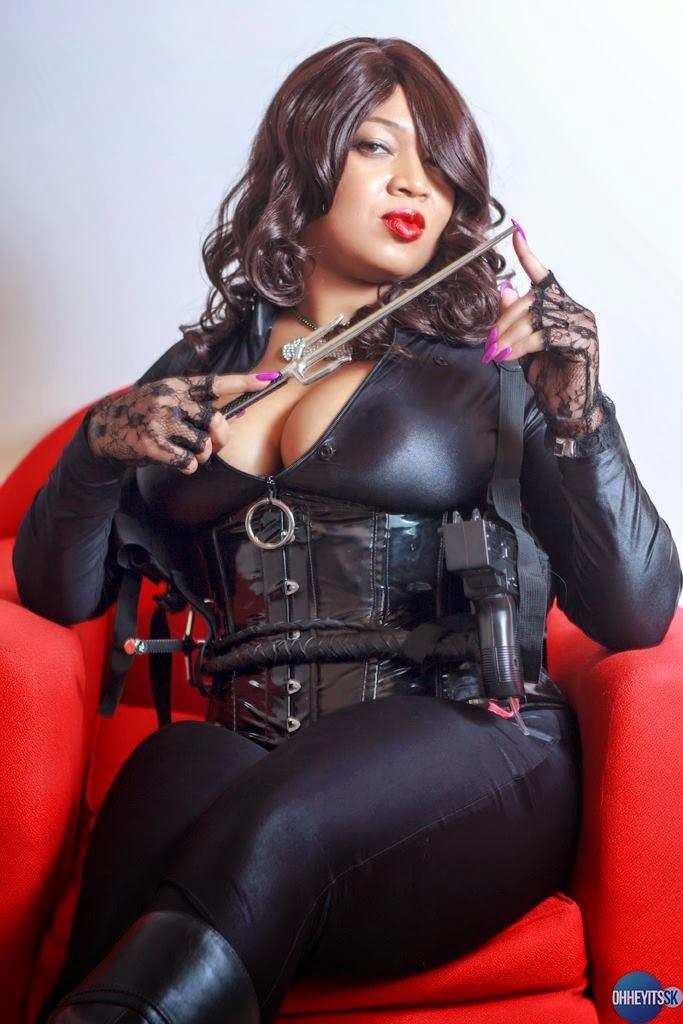 pulpeux cosplay d'agent spécial assies dans un fauteuil un kunaï à la main
