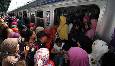 Suasana Antrian naik kereta