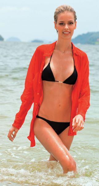 Yasmin Brunet de biquíni na praia