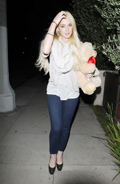 HOLLYWOOD HOT ACTRESS LINDSAY LOHAN HOT SEXY PICS PHOTOS PICTURES LEAVING SAMANTHA RONSON HOME LOS ANGELES 28 MARCH 2011