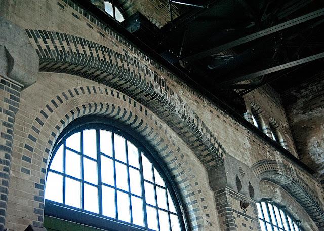 de ramen en de stenen van het stoommuseum in Medemblik