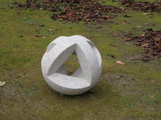 久保極の万成石の抽象彫刻 岡山後楽園にて