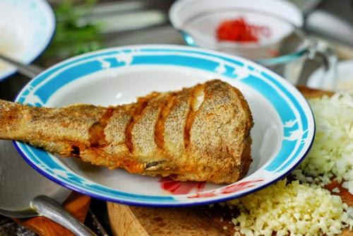 Pan Fried Fish with Leek Sauce (Cá Chiên Sốt Tỏi Tây)2