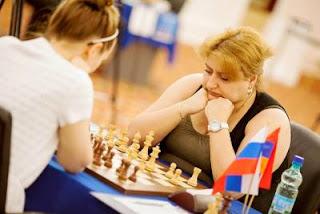 Échecs à Kazan: Elina Danielian (2484) marque le point face à Nadezhda Kosintseva (2528) lors de la ronde 6 - Photo © Fide