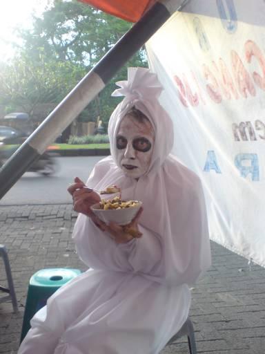 Pocong Berdakwah Coretan Mahasiswa Kampung
