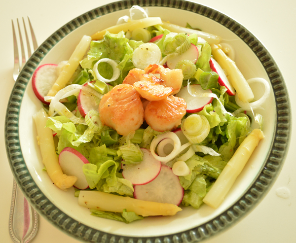 mixed salad with scallops