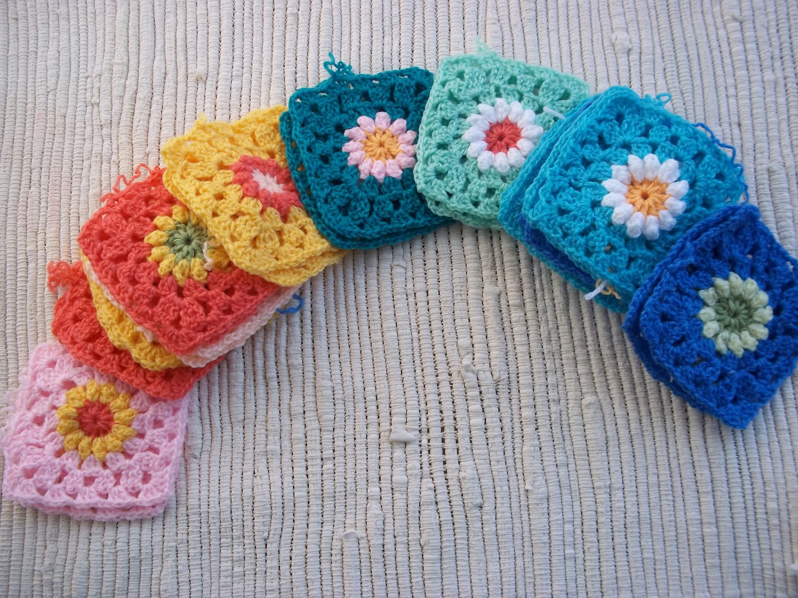 Zooty Owl\'s Crafty Blog: Daisy Granny Square Afghan - Scrapbuster ...