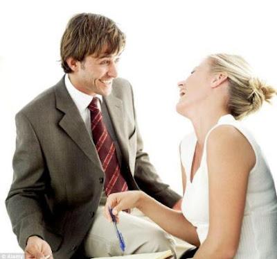 الضحك أسرع طريق لقلب المرأة - رجل يضحك امرأة - امرأة تضحك - man make woman laugh