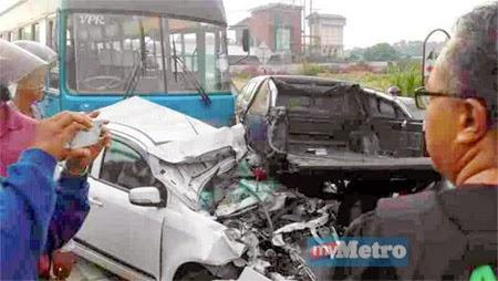 Kemalangan Ngeri Lapan Kenderaan Rosak Teruk Dilanggar Bas Kilang
