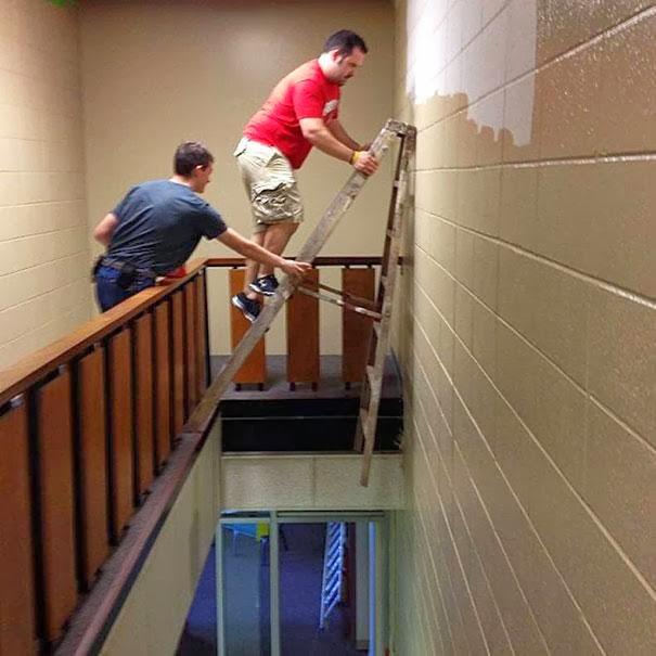 hombres pintan en escalera chiste