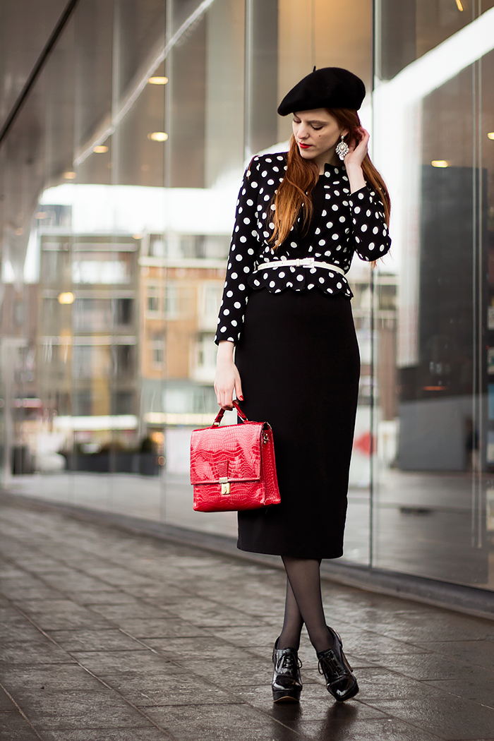 Retro 50s style blogger outfit with a beret, midi dress, seam tights and scalloped polka dot jacket