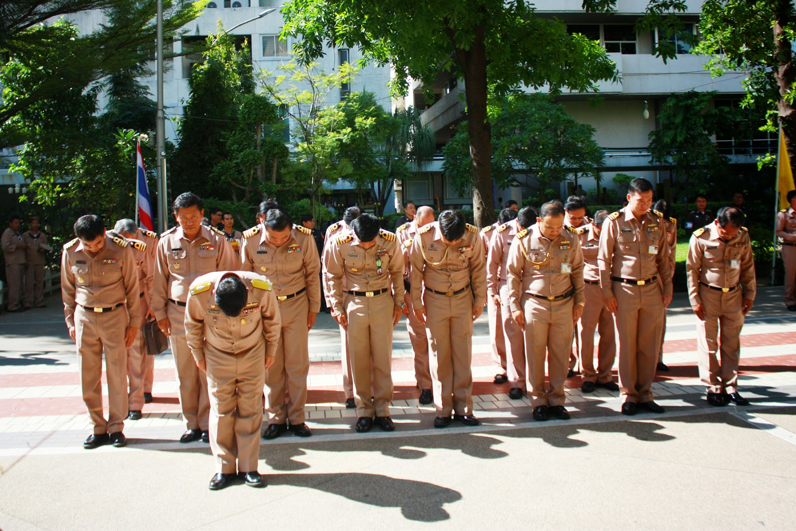 ผู้บัญชาการกองเรือลำน้ำ กองเรือยุทธการ นำข้าราชการในสังกัดลงนามถวายพระพร