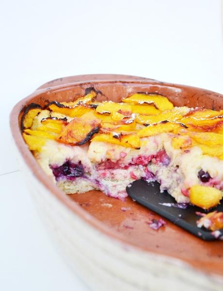 bread pudding ai lamponi, mirtilli neri e pesche