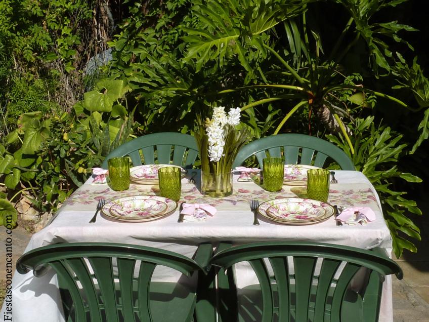 Fiestas con encanto decoraci n de mesa en el jardin lilas - Decoracion para el jardin ...