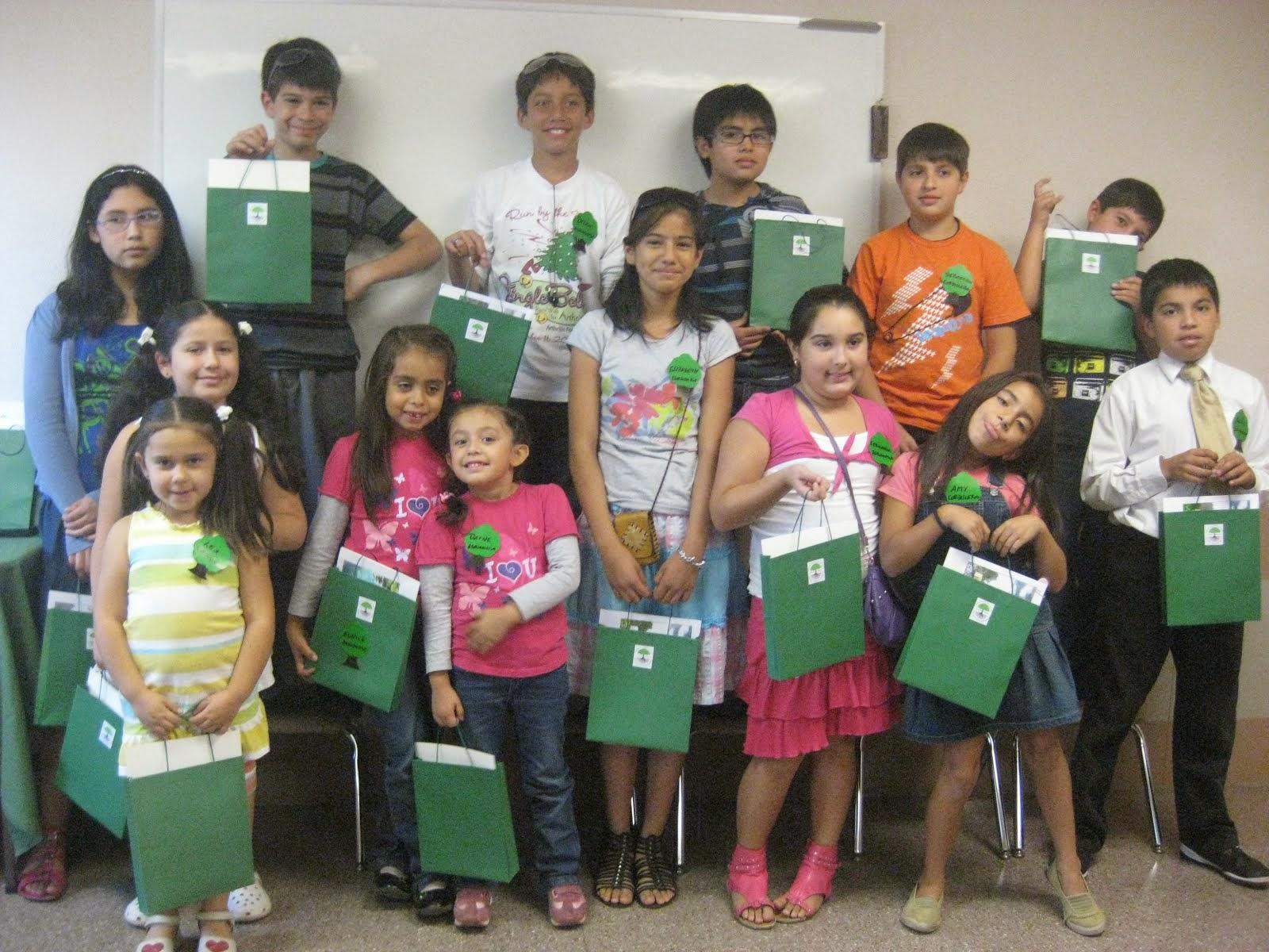 Niños con sus bolsas de trabajos del Taller HF