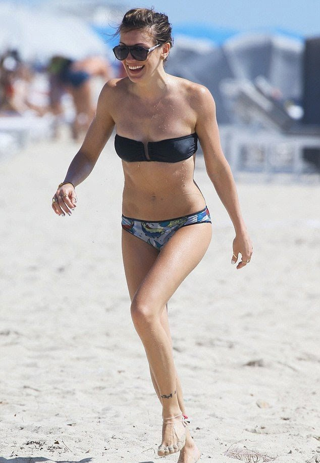 On Wednesday,‭ ‬April‭ ‬30,‭ ‬2014,‭ ‬She flaunting again her perfect anatomy in a black bikini during a few days vacation at Miami