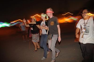 Wisatawan asing mencoba permainan masangin di alun-alun selatan Keraton Yogyakarta