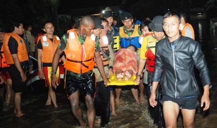 Tim SAR Paskhas sedang melakukan evakuasi warga masyarakat yang sedang hamil tua  warga Desa Racatungku, Kampung Sayang rt 03 Rw 08 Pameungpeuk, Banjaran. Kabupaten Bandung, baru-baru ini. (pen paskhas)