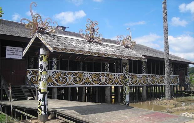 Setelah pada artikel sebelumnya kita membahas perihal pakaian watak Kalimantan Timur Rumah Adat Kalimantan Timur (Rumah Lamin) dan Penjelasannya