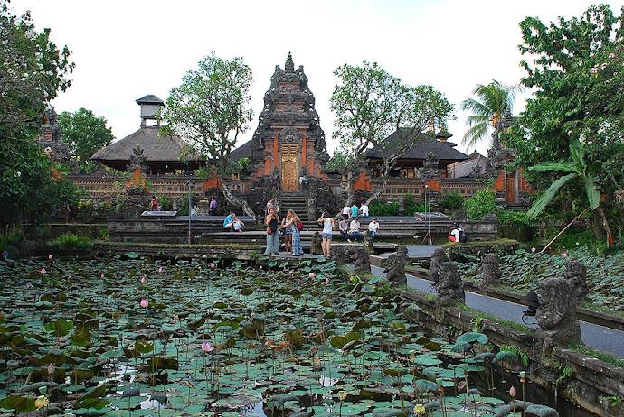 Templo con un lago