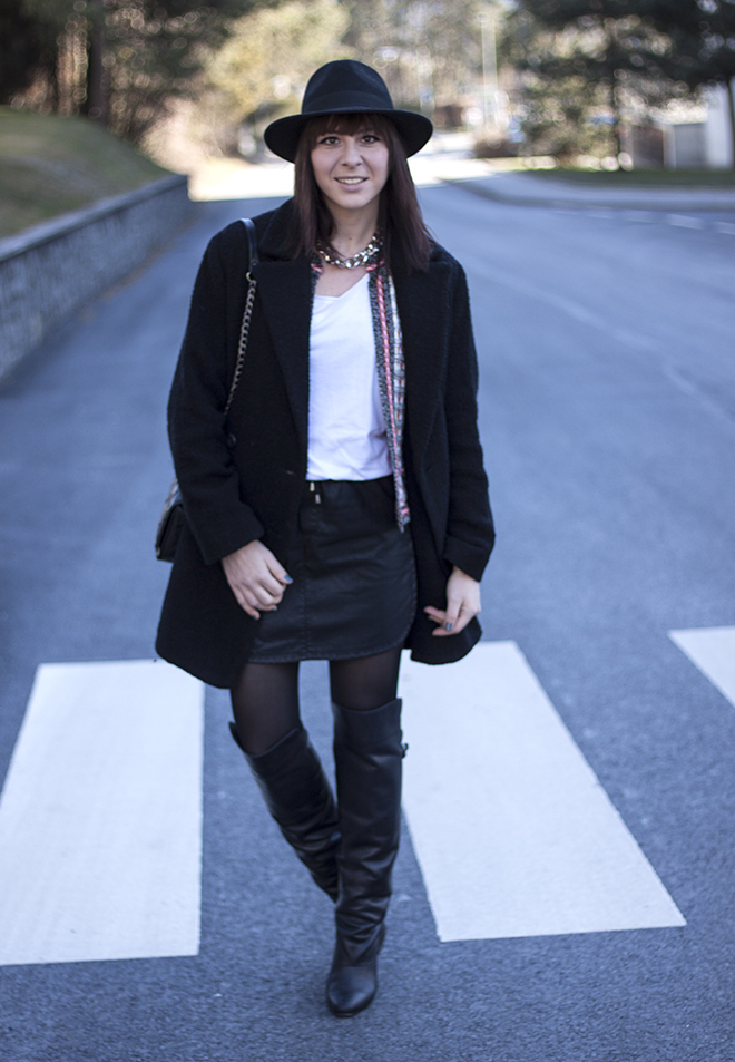 outfit-trend-fashionblogger-who-is-mocca-hut-kombinieren-oversize-mantel-mango-boucle-isabel-marant-lederrock-overknee-boots