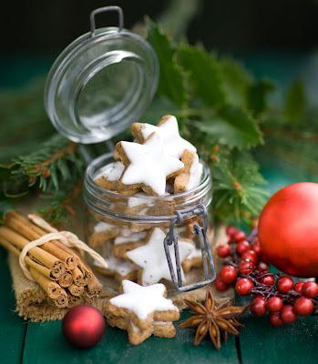 Frutas secas y canela y galletas en Navidad