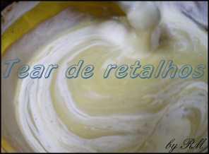 Misturar creme de leite ao chocolate derretido para fazer o mousse do pavê