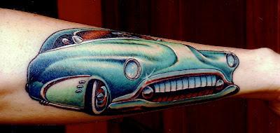 Tatuaje de automovil caricaturizado