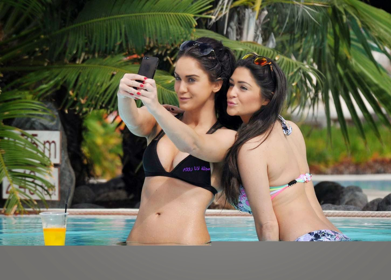 صور كيسي باتشيلور وفيكي باتيسون بالبكيني الساخن في حمام السباحة