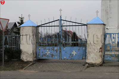 Мальтийские кресты на воротах костела Иоанна Крестителя