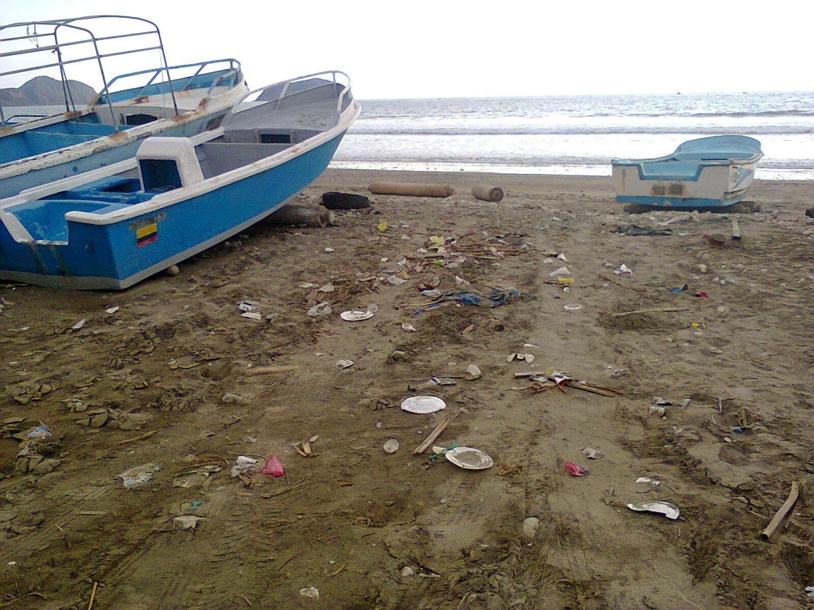 Basura urbana arrojada entre las pangas de pescadores