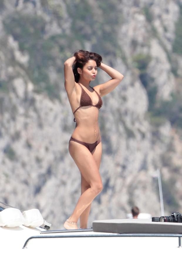 Vanessa Hudgens strikes a pose and flaunts bikini body in Italy