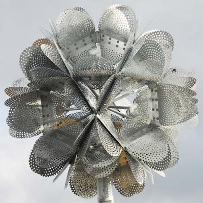 Escultura de flor monumental