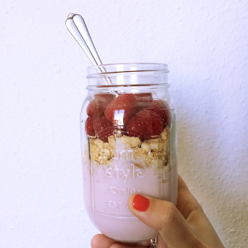 mason jar avec yahourt biscuit et framboise