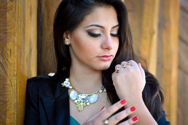 look maxi colar de pedras - maquiagem com sombra neutra